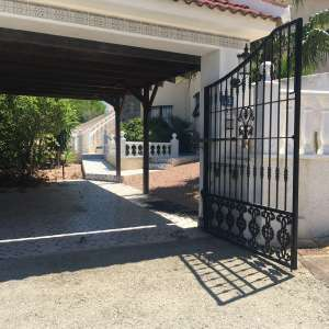 For long-term let: 3 bedroom house / villa